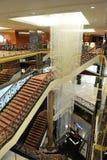 Pasillo, escaleras y una lámpara grande en el hotel Lotte Fotos de archivo