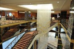 Pasillo, escaleras y una lámpara grande en el hotel Lotte Foto de archivo