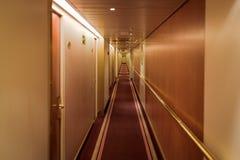 Pasillo estrecho con las cabinas Imagen de archivo libre de regalías