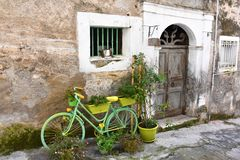 Pasillo estrecho en la ciudad vieja de Morano Calabro fotografía de archivo
