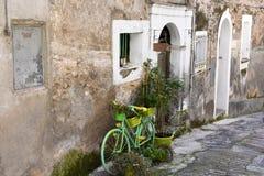 Pasillo estrecho en la ciudad vieja de Morano Calabro fotos de archivo libres de regalías