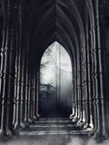 Pasillo gótico oscuro con las columnas fotografía de archivo