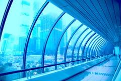 Pasillo geométrico de cristal del edificio moderno Fotografía de archivo