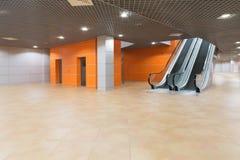 Pasillo grande moderno vacío con la elevación y escalera móvil en el pabellón MosExpo Imágenes de archivo libres de regalías