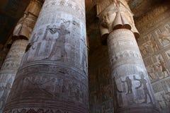 Pasillo hipóstilo del templo de Hathor en Dendera Fotos de archivo