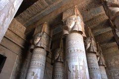 Pasillo hipóstilo del templo de Hathor en Dendera Foto de archivo libre de regalías