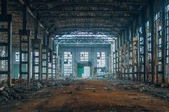 Pasillo industrial grande abandonado putrefacto arruinado oscuridad Fotografía de archivo