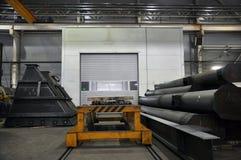Pasillo interior industrial viejo con las estructuras del metal imagen de archivo