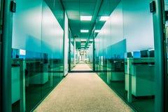 Pasillo largo con las oficinas encendido a la izquierda e a la derecha Fotos de archivo