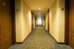 Pasillo largo del hotel Foto de archivo libre de regalías