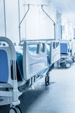 Pasillo largo en hospital con las camas quirúrgicas Imagenes de archivo