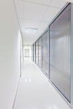 Pasillo largo moderno con las puertas de cristal Foto de archivo libre de regalías