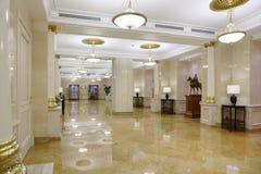 Pasillo ligero con el suelo de mármol en el hotel Ucrania Imagen de archivo