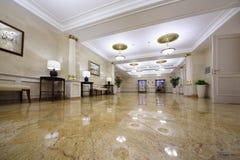 Pasillo ligero con los cuadros en el hotel Ucrania Imagenes de archivo