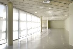 Pasillo luminoso de la construcción pública Interior del hospital nadie foto de archivo libre de regalías