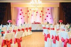 Pasillo maravillosamente adornado para una celebración de la boda Fotos de archivo