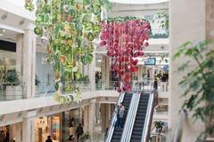 Pasillo moderno de las compras con la escalera móvil Imagen de archivo libre de regalías