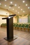 Pasillo moderno del auditorio con la tribuna Foto de archivo