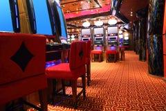 Pasillo moderno del casino con las máquinas de juego foto de archivo