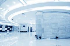Pasillo moderno dentro del centro de la oficina Foto de archivo