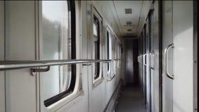 Pasillo o vestíbulo dentro del carro o del carro del tren almacen de video