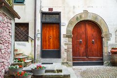 Pasillo ocultado, reservado de las calles del guijarro en Europa Pequeños pueblo/ciudad reservados foto de archivo