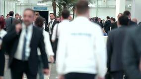 Pasillo ocupado del congreso de Crowd del hombre de negocios que camina encendido almacen de video