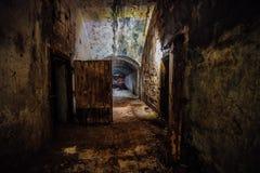 Pasillo oscuro y espeluznante de la arcón subterráneo olvidada abandonada vieja del soviet imágenes de archivo libres de regalías