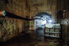 Pasillo oscuro y espeluznante de la arcón subterráneo olvidada abandonada vieja del soviet fotografía de archivo