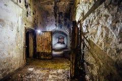 Pasillo oscuro y espeluznante del viejo refugio de bomba subterráneo olvidado abandonado del soviet fotografía de archivo