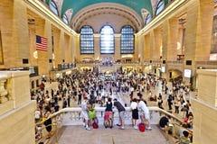 Pasillo principal de la estación central magnífica durante la hora punta de la tarde Fotos de archivo