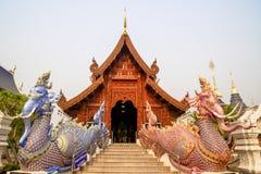 Pasillo principal de madera de Wat Baan Den, un templo budista famoso del estilo tailand?s en Chiang Mai imágenes de archivo libres de regalías