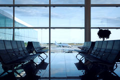 Pasillo que espera del aeropuerto vacío Fotografía de archivo