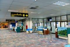 Pasillo que espera terminal de la salida con las puertas en aeropuerto Imagen de archivo