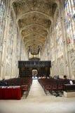 Pasillo que lleva al altar en reyes College Chapel Fotos de archivo libres de regalías