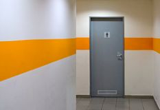 Pasillo que lleva al lavabo Imagenes de archivo