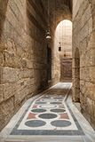 Pasillo que lleva al patio de la mezquita de Sultan Barquq, El Cairo viejo, Egipto Fotos de archivo libres de regalías