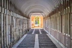 Pasillo que sorprende con las columnas en los lados que forman un túnel, foto corregida Aranjuez, España imagen de archivo