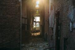 Pasillo sin las puertas en el edificio abandonado arruinado Fotos de archivo