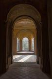 Pasillo soleado en el castillo viejo Foto de archivo libre de regalías