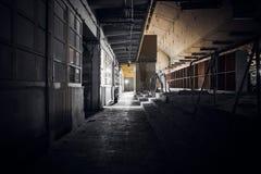 Pasillo sucio en un edificio abandonado de la fábrica Imágenes de archivo libres de regalías