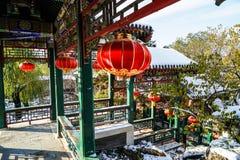 Pasillo tradicional de Pekín, China en invierno con el cielo azul de la nieve y del claro Imágenes de archivo libres de regalías