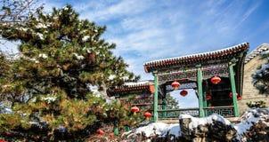 Pasillo tradicional de Pekín, China en invierno con el cielo azul de la nieve y del claro Foto de archivo