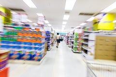 Pasillo vacío del supermercado, falta de definición de movimiento Fotos de archivo libres de regalías