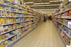 Pasillo vacío del supermercado o un colmado Imágenes de archivo libres de regalías