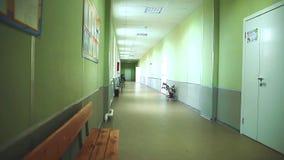 Pasillo vacío durante las clases en universidad americana Opinión interior borrosa vestíbulo del fondo del extracto que mira haci almacen de metraje de vídeo