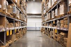 Pasillo vacío en el almacén de las mejoras para el hogar Foto de archivo libre de regalías