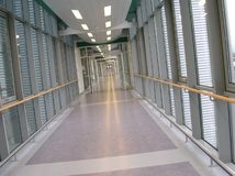 Pasillo vacío en un hospital imagen de archivo