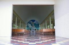 Pasillo y altar de la iglesia en el La Fortuna Fotos de archivo libres de regalías
