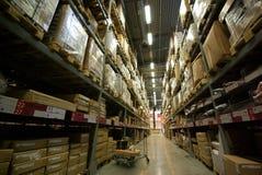 Pasillo y carretilla de mano del almacén Fotos de archivo libres de regalías
